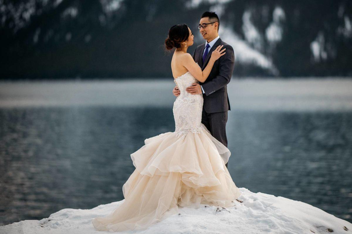 bdfk8-photography-banff-alberta-elopement-wedding-canada-adventure-elope-mountain-winter-snow-lake-minnewanka-dress