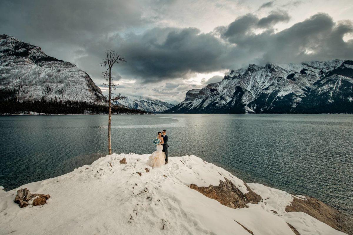 bdfk9-photography-banff-alberta-elopement-wedding-canada-adventure-elope-mountain-winter-snow-lake-minnewanka