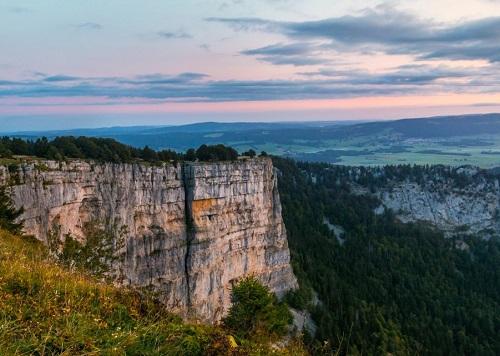 best-places-elope-in-switzerland-elopement-wedding-planner-destination-intimate-small-adventure-mountain-lac_neuchatel_creux_du_van_region