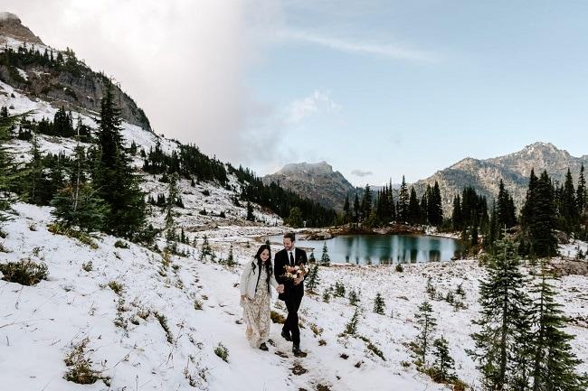 best-places-to-elope-in-washington-courtney-lynn-mount-rainier-forest-trees-snow-elopement-outdoor-adventure-destination-wedding-woods