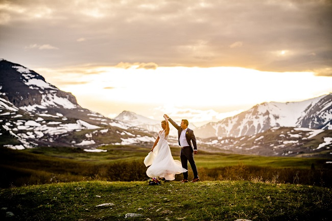 carrie-ann-montana-destination-elope-intimate-small-mountain-adventure-wild-free-east-Glacier-National-Park-elopement-wedding-photographer-outdoor-logan-pass