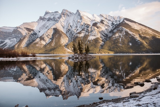 lake-minnewanka-elope-alberta-canada-canadian-rockies-Banff-National-Park-Winter-snow-elopement-destination-wedding-outdoor-adventure-Engagement-Session-Sunset
