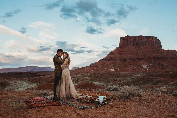 moab-elopement-adventure-destination-wedding-elope-intimate-small-usa-ceremony-wild-washington-oregon-coast-smith-rock