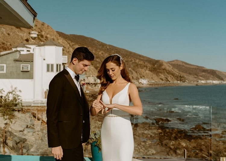 nicole27-jamie-carrie-rogers-photography-malibu-intimate-beach-elopement-california-destination-wedding-outdoor-coast-airbnb