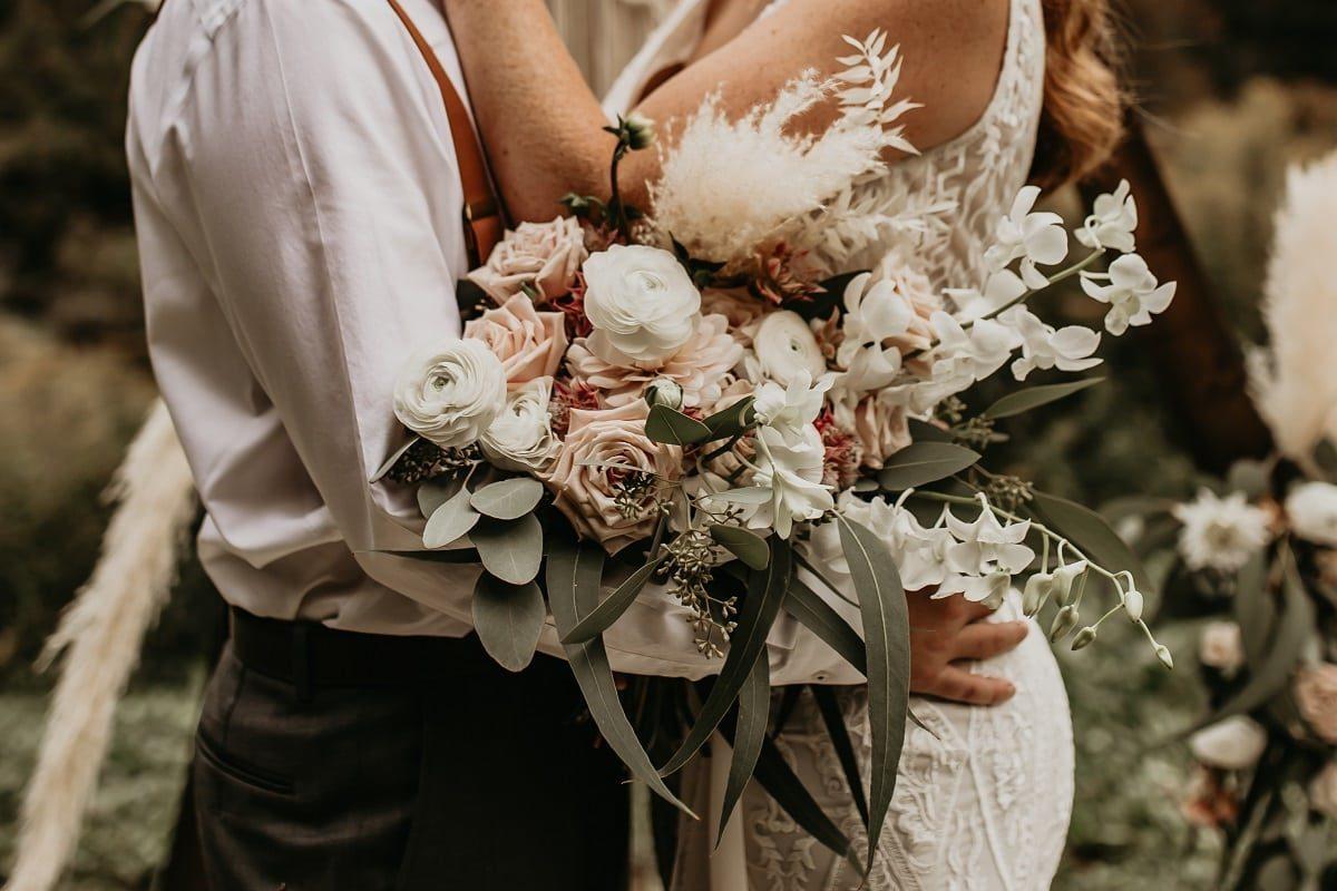 bouquet-flowers-floral-sarah-martin-photo-autumn-fall-elopement-inspiration-boho-outdoor-destination-wedding-elope-micro48