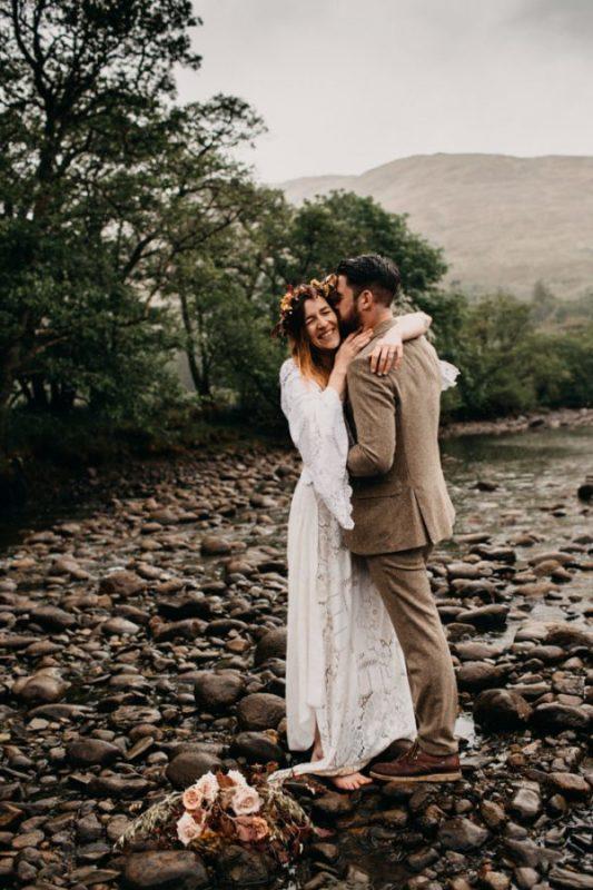 unfurl40-photography-glencoe-elopement-wedding-inspiration-outdoor-mountains-scottish-highlands-intimate-ceremony-elope-boho-river-kiss