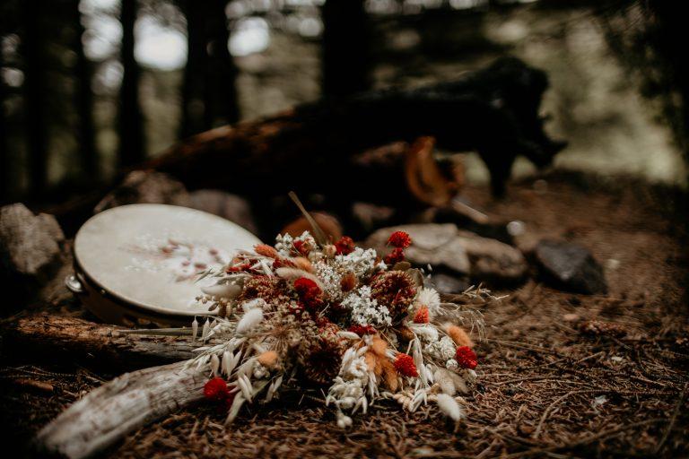 unfurl63-photography-lake-district-van-life-elopement-wedding-countryside-elope-boho-inspiration-hip-adventure-outdoor-england-wood-forest-tambourine-flower-bouquet