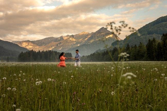 wild-embrace14-elopement-packages-destination-wedding-photographer-austria-elope-europe-wildflowers-spring-engagment-vorarlberg (Blog)