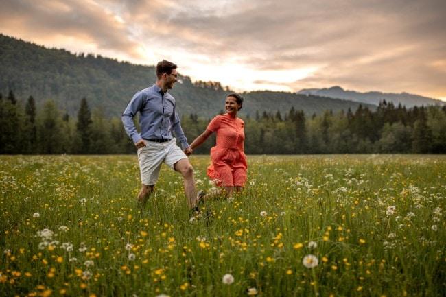 wild-embrace2-elopement-packages-destination-wedding-photographer-austria-elope-europe-wildflowers-spring-engagment-vorarlberg (Blog)