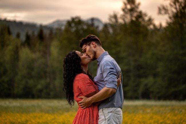 wild-embrace3-elopement-packages-destination-wedding-photographer-austria-elope-europe-wildflowers-spring-engagment-vorarlberg (Blog)