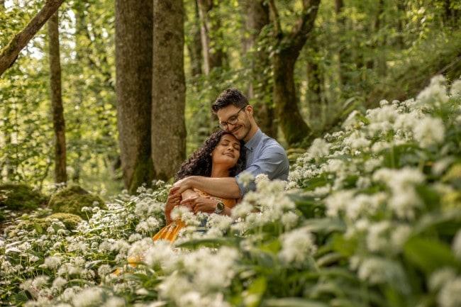 wild-embrace34-elopement-packages-destination-wedding-photographer-austria-elope-europe-wildflowers-spring-engagment-vorarlberg (Blog)_1