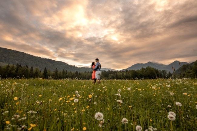 wild-embrace4-elopement-packages-destination-wedding-photographer-austria-elope-europe-wildflowers-spring-engagment-vorarlberg (Blog)