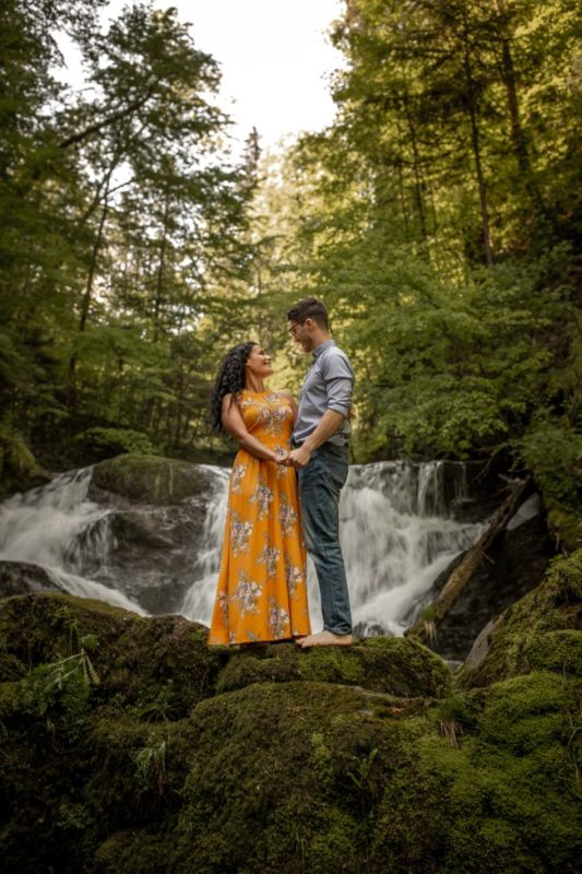 wild-embrace43-elopement-packages-destination-wedding-photographer-austria-elope-europe-wildflowers-spring-engagment-vorarlberg (Portrait)