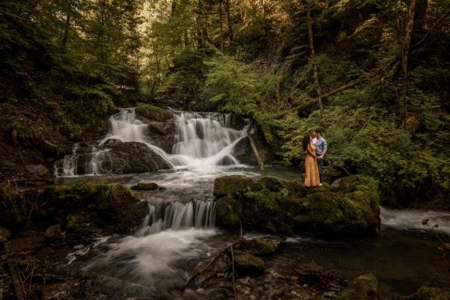 wild-embrace44-elopement-packages-destination-wedding-photographer-austria-elope-europe-wildflowers-spring-engagment-vorarlberg (Blog)