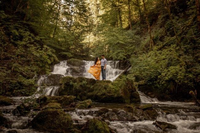wild-embrace46-elopement-packages-destination-wedding-photographer-austria-elope-europe-wildflowers-spring-engagment-vorarlberg (Blog)