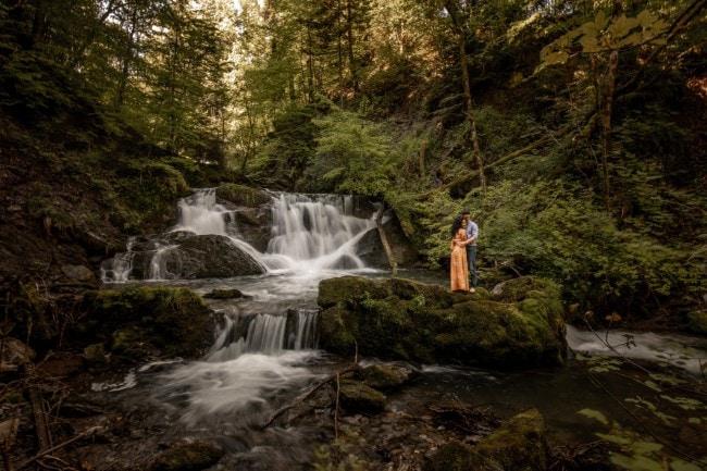 wild-embrace48-elopement-packages-destination-wedding-photographer-austria-elope-europe-wildflowers-spring-engagment-vorarlberg (Blog)