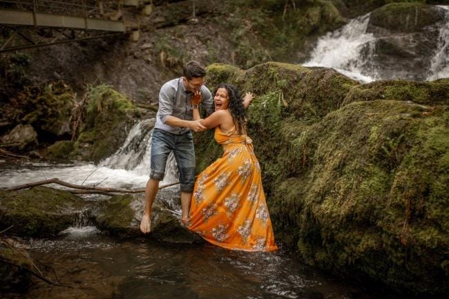 wild-embrace52-elopement-packages-destination-wedding-photographer-austria-elope-europe-wildflowers-spring-engagment-vorarlberg (Blog)