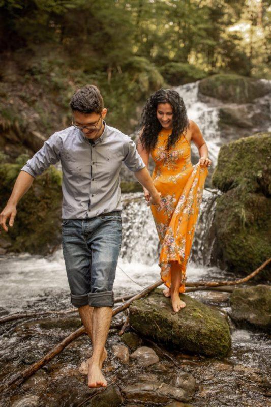 wild-embrace53-elopement-packages-destination-wedding-photographer-austria-elope-europe-wildflowers-spring-engagment-vorarlberg (Portrait)