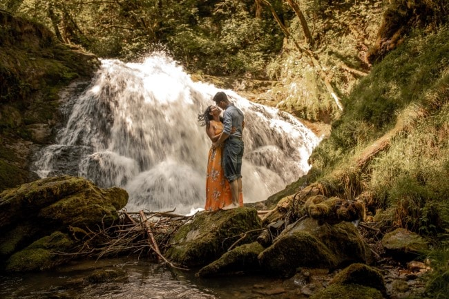 wild-embrace57-elopement-packages-destination-wedding-photographer-austria-elope-europe-wildflowers-spring-engagment-vorarlberg (Blog)