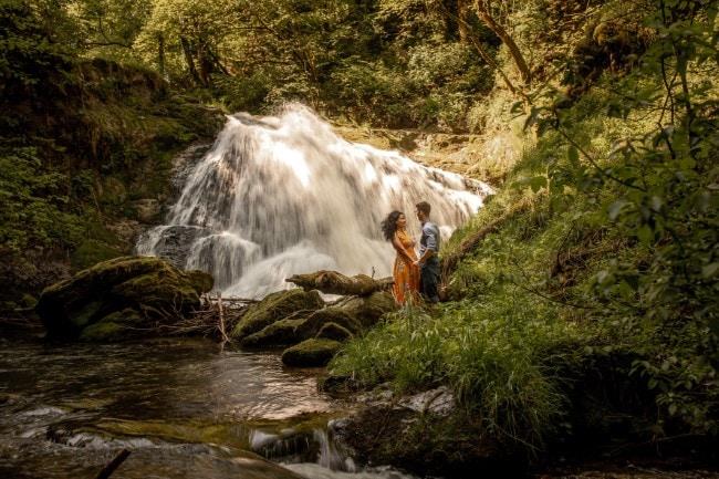 wild-embrace58-elopement-packages-destination-wedding-photographer-austria-elope-europe-wildflowers-spring-engagment-vorarlberg (Blog)