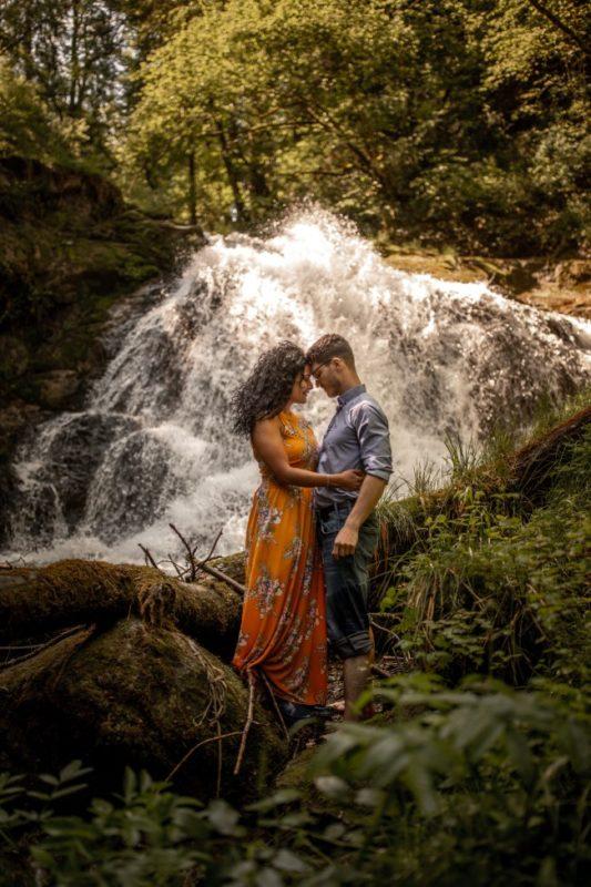 wild-embrace59-elopement-packages-destination-wedding-photographer-austria-elope-europe-wildflowers-spring-engagment-vorarlberg (Portrait)